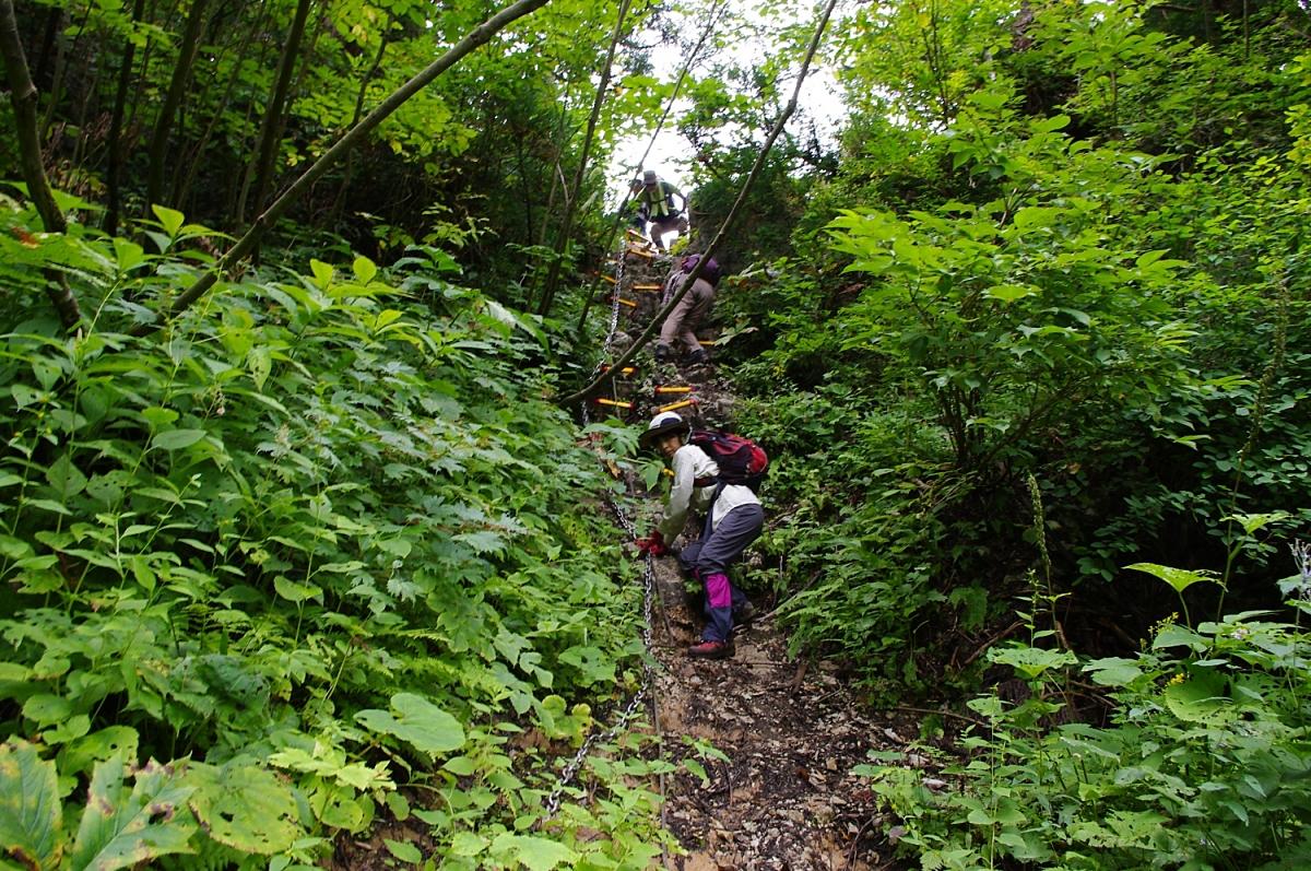 ドリーネの側壁の崖を恐る恐る下ってゆく。