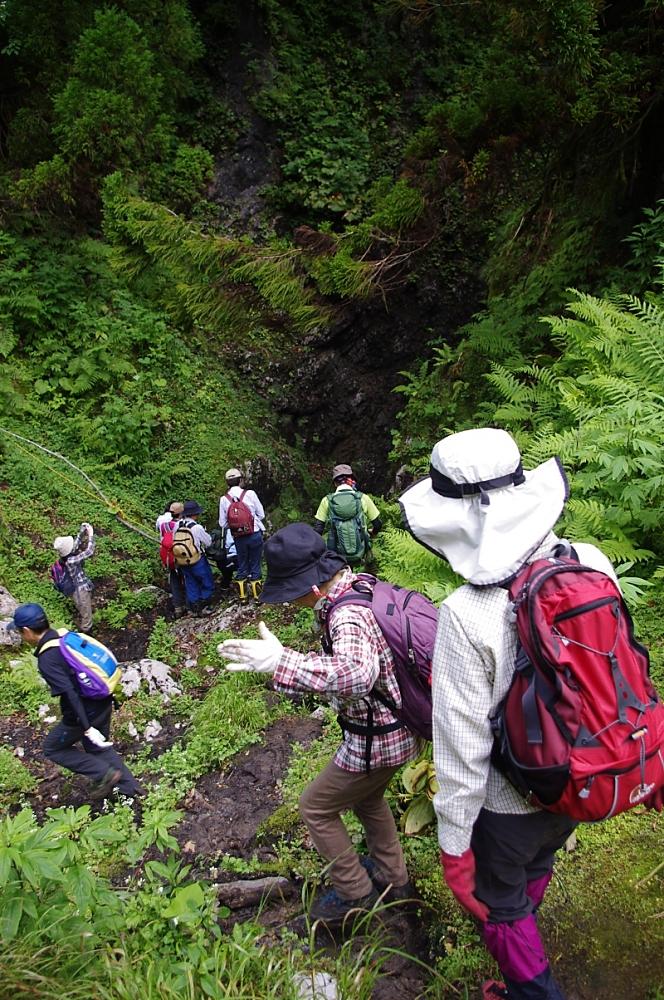 狭い斜面の先には、ついに千里洞の洞口が。