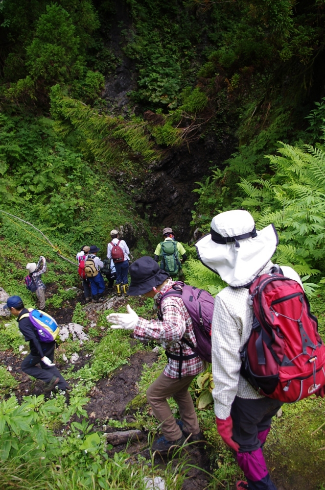 狭い斜面の先には、ついに千里洞の洞口が!