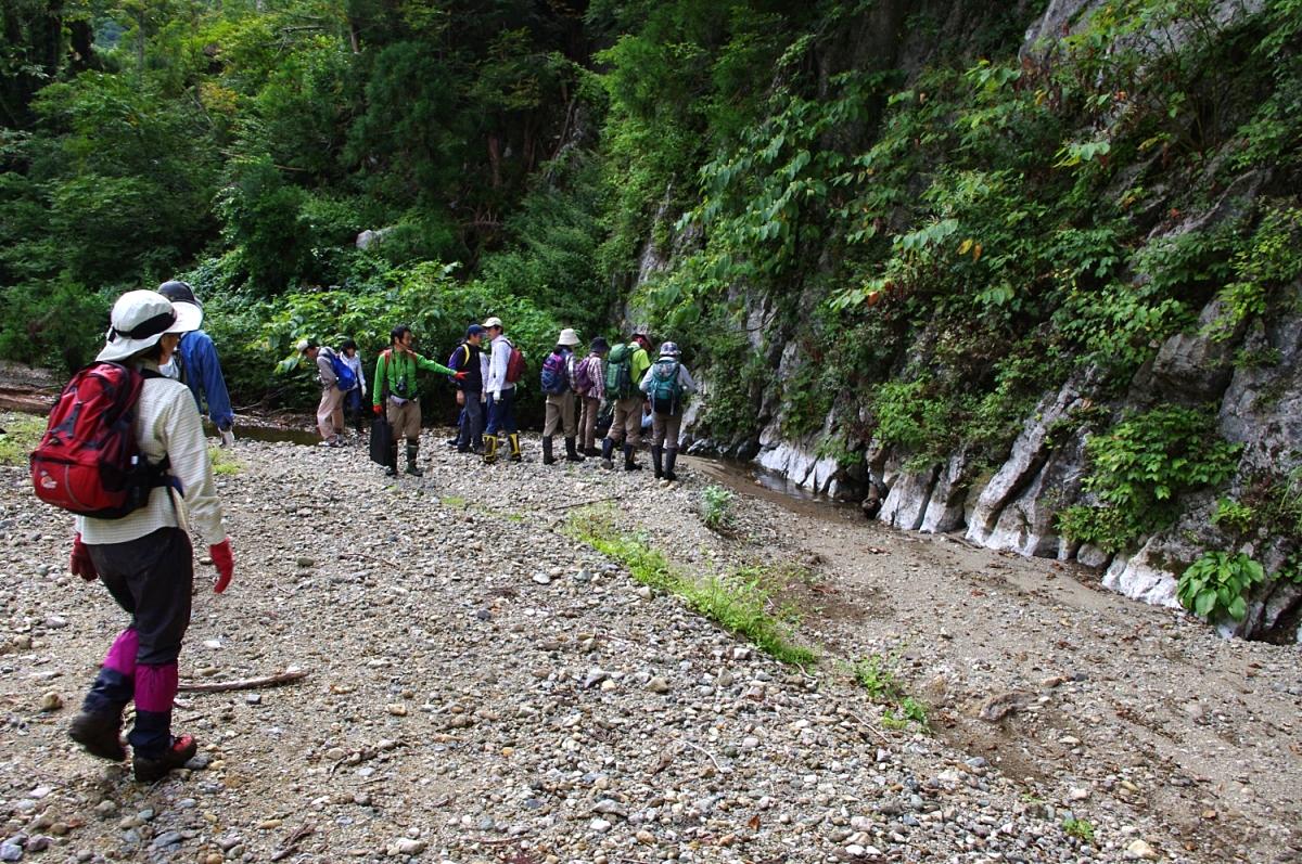 水量は少ないが、左から流れてきた小川が途中の岩のところで途絶える。