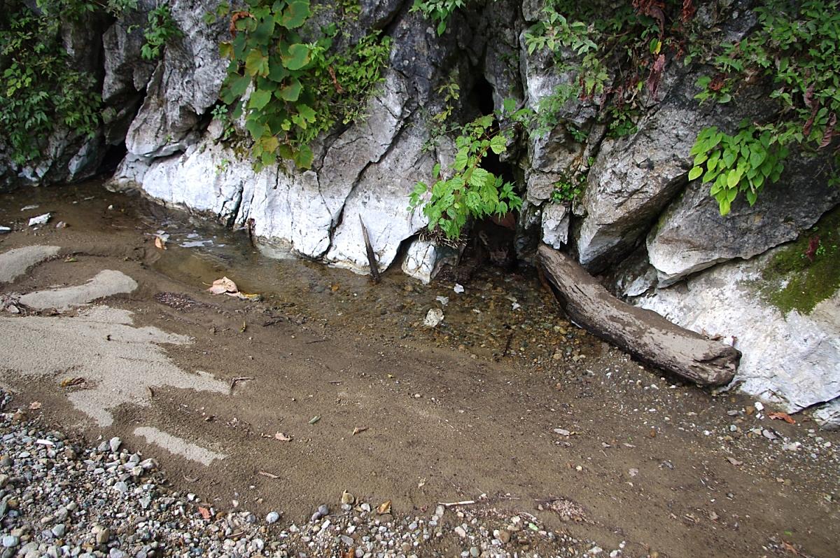 小さな岩穴に吸い込まれてゆく流れ。