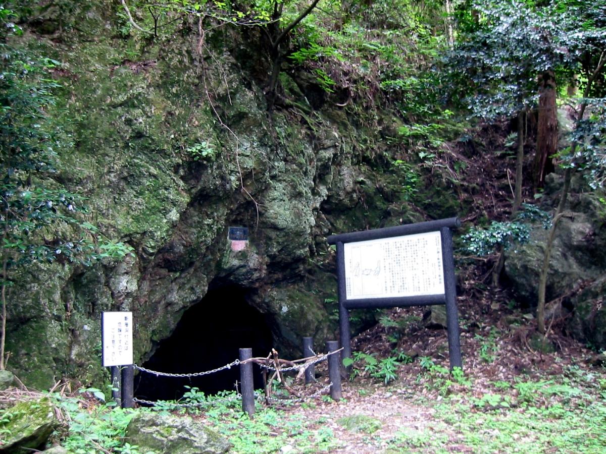 断層洞入り口。このあたりの地質見学のコースにもなっているらしい