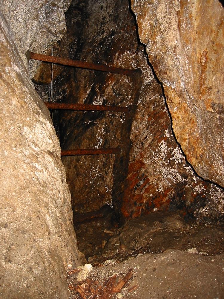 ハシゴで一段登ると、竪穴の入り口が。 奥は暗くて見えないが、はるか下の方で水滴の音。不気味。