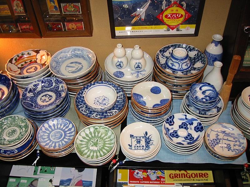 明治・大正・昭和初期の印判染付の皿や食器。 ちょっと古風で、それでいておしゃれな小皿たち。  日常の暮らしにリズムをつけてくれます。