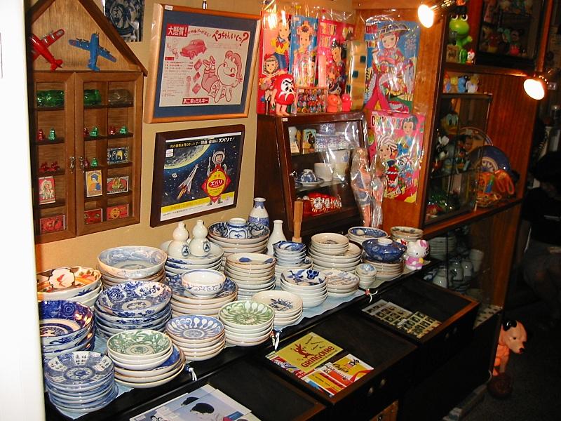 昭和30-40年代の駄玩具、セルロイド人形など。 昔の駄菓子屋さんにはとてもチープな商品群にとても大きな夢がありました。 デフレと言われる現代の商品はどうでしょう?