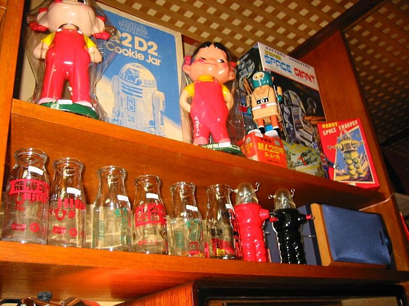 ブリキのおもちゃ、ロボット、古い牛乳瓶。 ハイテク機器のビジネスオフィスで消耗している自分に気づいたとき、古い牛乳瓶にさえ癒やされることがあります。
